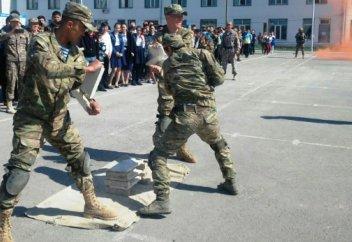 Қос министрліктің оқушыларға әскери киім алуға қатысты жауабы