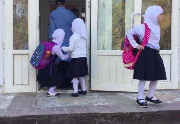 Школьниц за ношение платков оставили на второй год