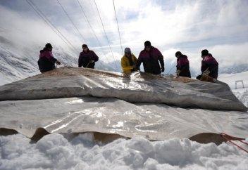 Швейцарцы спасают свои ледники с помощью… одеял (фото)