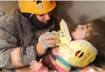 Землетрясение в Турции: мужчина пожертвовал собой, чтобы спасти семью (фото+видео))