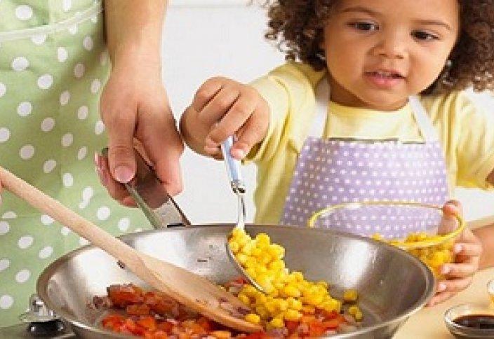 Дозволено ли есть еду приготовленное матерью, которая не совершает намаз?