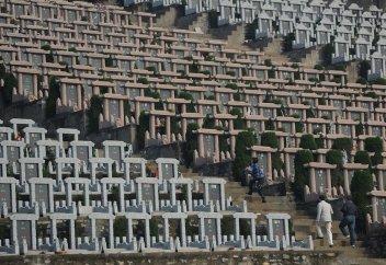 Пекинцам предложат бесплатные похороны с QR-кодами на могилах