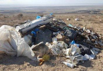 Самая глубокая впадина в Казахстане превращается в свалку (видео)