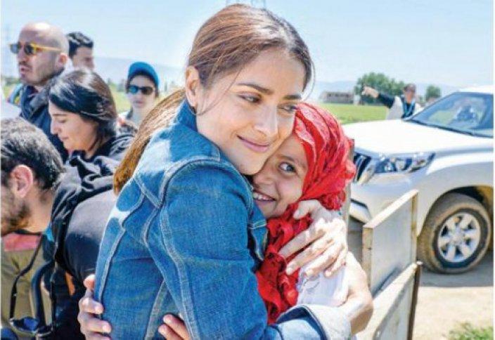 Вспомнив свои мусульманские корни, Сальма Хайек посетила лагерь сирийских беженцев (видео)