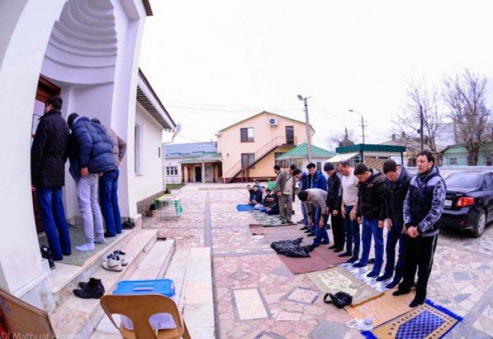 Крым: нехватка мечетей спровоцировала совершение намаза на улице