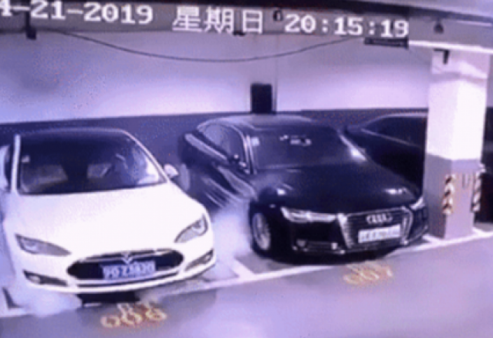Шанхайда тұрақта тұрған Tesla автокөлігі жарылды - Видео