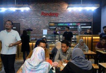 В Малайзии чиновников в Рамадан отправляют работать поварами