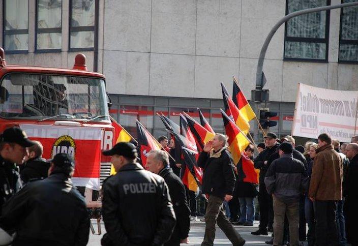 Неонацистский митинг в Германии (видео)