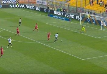 Футболист обыграл всю команду соперника и забил чудо-гол (видео)