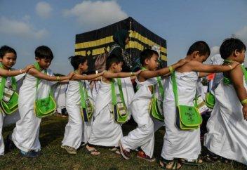 Малайзиялықтар балаларына қажылық жасауды осылай үйретеді. (ФОТО)