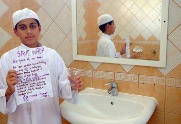 11 жастағы бала ересектерге суды қалай үнемдеу керектігін үйретіп жүр