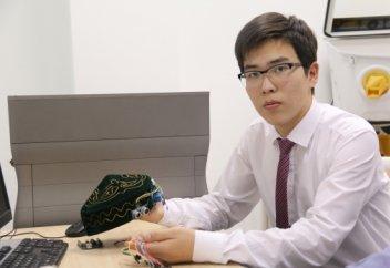 Ақтаулық оқушы көзі көрмейтін жандар үшін SMART-тақия жасады (фото)