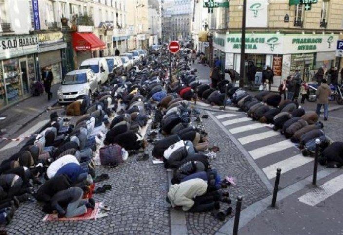 Прагада «наразылық намазы» оқылды
