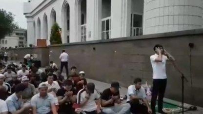 Жігіттер квартеттіндегі Ердос Қанаевтың азан айту сәтінен көрініс