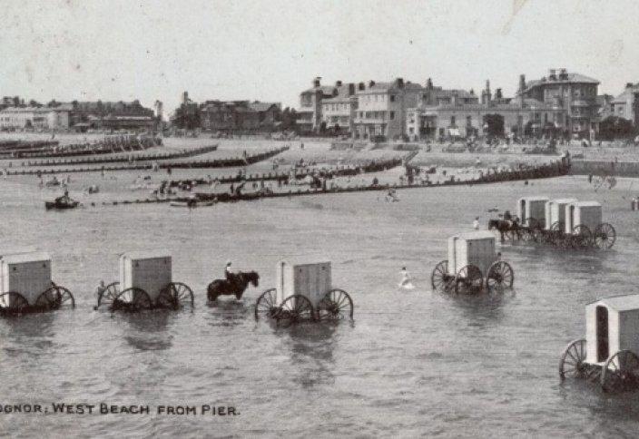 До начала XIX века даже в самую жару мужчины на пляже носили длинные кальсоны и фуфайки