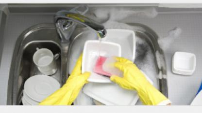 Опасные для здоровья ошибки при мытье посуды назвала эксперт